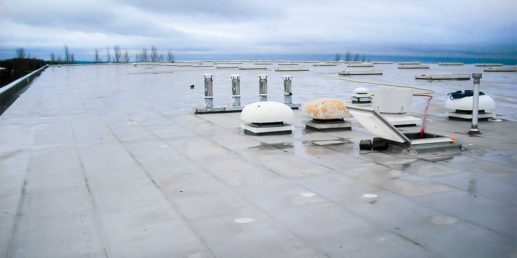 Flat roof with waterproof membrane