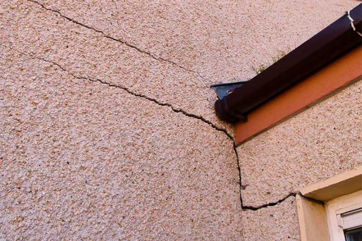 Cracks in house wall due to mica and pyrite in building blocks